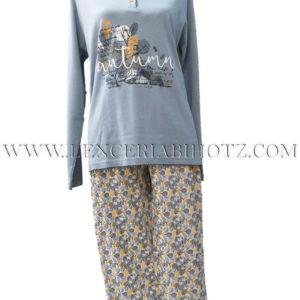 pijama manga larga con cuello con botones. Camiseta azul con estampado en el centro y pantalon estampado de hojas, azul y mostaza