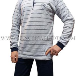 pijama hombre felpa interior. Puños y botones en el cuello, camiseta gris con rayas, y pantalon marino