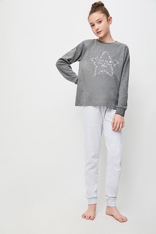 pijama niña algodon, Camiseta manga larga gris marengo con puntitos y una estrella en el centro de flores y corazones, pantalon liso gris con puños