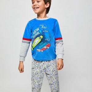 pijama niño terciopelo con puños, camiseta azul y gris con dibujos de skaters. Pantalon estampado con fondo gris