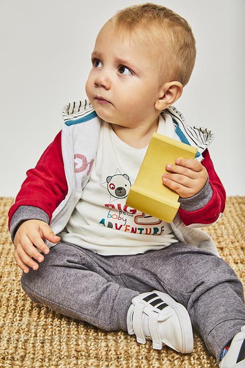 chandal bebe felpa. Sudadera puños, bolsillos, cremallera y gorro, gris y roja, pantalon gris oscuro, camiseta cruda