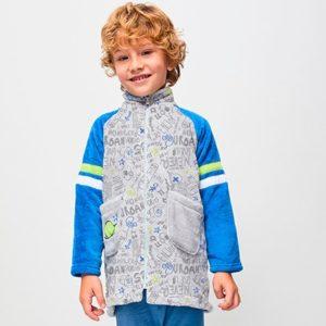 bata coralina cremallera, con bolsillos, mangas azules con dos rayas en el antebrazo, y cuerpo estampado sobre fondo gris
