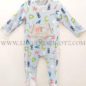 pijama bebe letras colores en azul celeste. Puños, cuellos y pies en gris