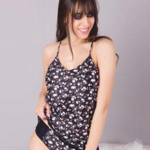 camiseta mujer tira fina cruzada en espalda. Negra con flor en blanco, puntilla en el bajo