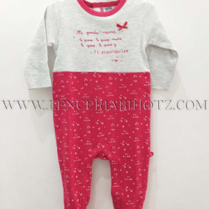 pijama bebe algodon gris la parte superior con cuello y lazo frambuesa. Parte inferior frambuesa estampada con corazones