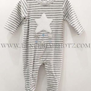 pijama bebe de rayas en gris de terciopelo, abertura trasera corchetes. Estrella grande en el centro en color crudo