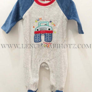 pijama bebe terciopelo abertura trasera, corchetes. Pies y mangas azules y cuerpo gris, dibujo camion bordado