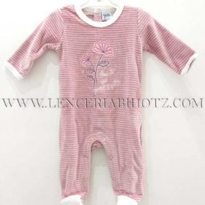 pijama bebe terciopelo rosa palo con rayas, y flores bordadas. Puños y cuellos en blanco. Abertura trasera y en la entrepierna de corchetes