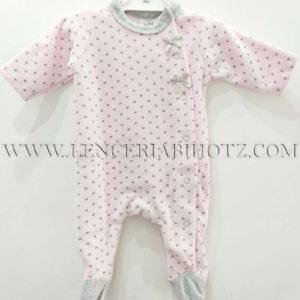 pijama bebe rosita con corazones en gris, cuello y pies en gris. Lazos . Abertura de corchetes lateral y delantera
