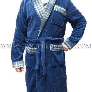 bata hombre azul marino con cuello esmoquin, cinturon y bolsillos. Remates con estampado de cuadros