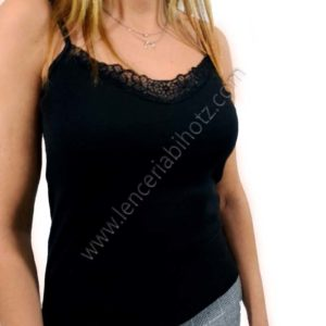 camiseta negra con tirantes finos de cordon. Encaje en el escote de hojas. Elastica.