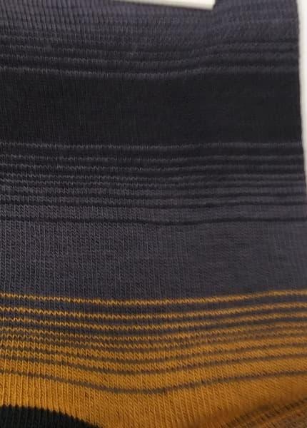 estampado calcetin rayas con mostaza