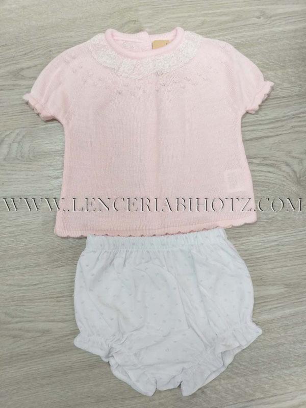 trajecito perle corto, manga corta puntilla cuello con ranita blanca con motas de hilo rosas