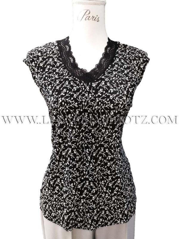 camiseta negra estampado blanco ramas, con cuello pico de encaje, sin mangas