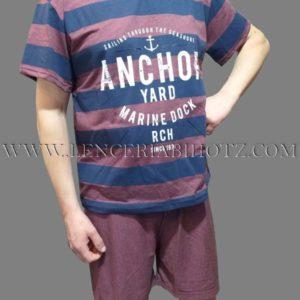 pijama camiseta manga corta y pantalon corto. Color granate, camiseta con con rayas en marino y letras. Cuello pico