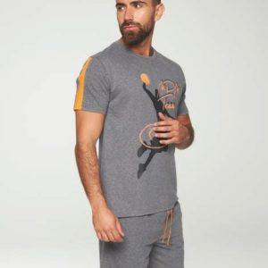 pijama corto gris marengo, camiseta manga corta y bermuda. Detalles en naranja, estampado basket