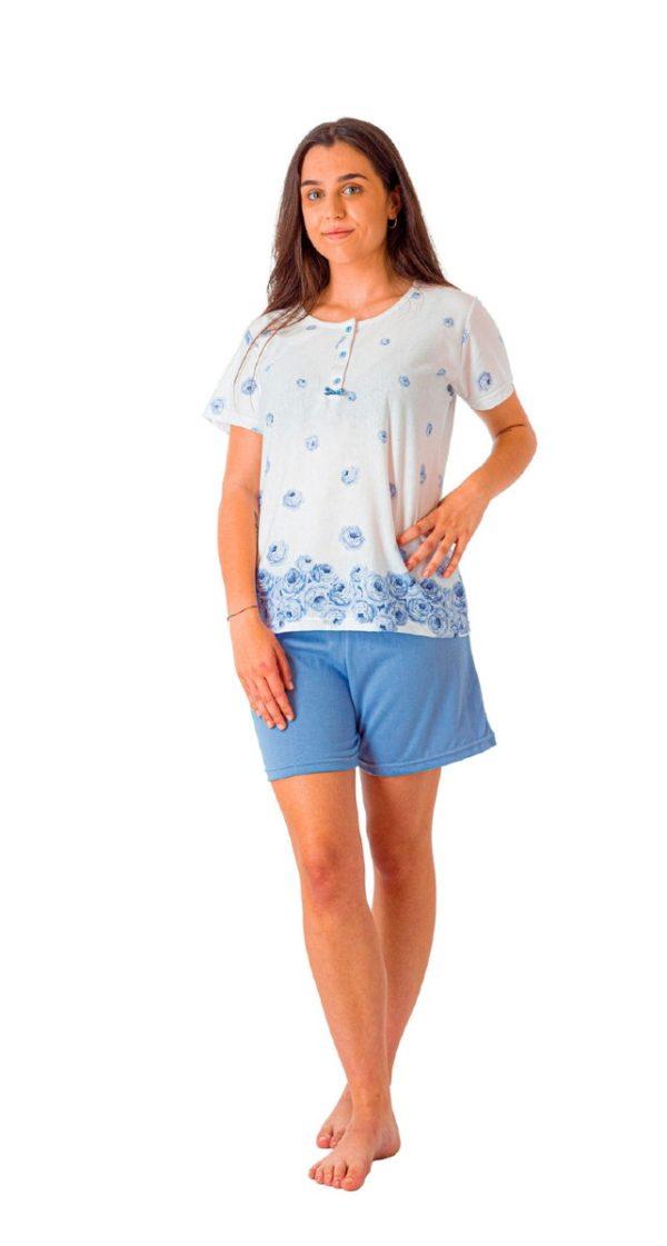pijama corto, pantalon azul liso, camiseta blanca con botones y estampado de rosas en azul