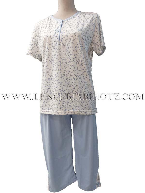 pijama manga corta y pantalon pirata en tono celeste con abertura rematada a juego con la camiseta. Camiseta blanca con estampado flores en azul. Botones