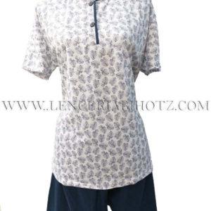 pijama manga corta y pantalon corto. Camiseta blanca con hojas grandes en marino, y remate en el cuello, botones. Pantalon marino