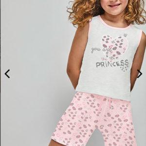 pijama tirantes niña gris y rosa con pantalon de leopardo. Camiseta gris con remates en rosa y un corazon rosa en el centro
