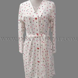 bata manga larga blanca con corazones en rojo y marino. Cuello pico, botones, cinturon y bolsillos laterales