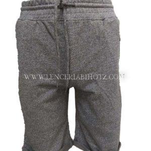 pantalon hombre deporte corto, gris jaspeado con goma ancha y cordon, dobladillo en bajos. Bolsillos laterales cremallera