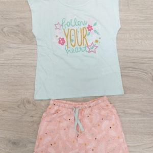 pijama niña sin mangas. Camiseta verde agua estampado central con brillos, bermuda rosa palo con plumas y estrellas con brillos