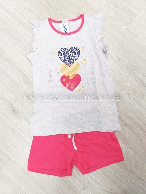 pijama sin mangas con volantes. Camiseta gris con cuello fuxia y corazones. Bermuda lisa fuxia con cuerda