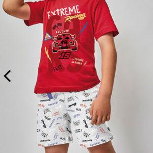 pijama niño corto. Camiseta manga corta roja estampado de coche y letras. Pantalon corto estampado coches sobre gris