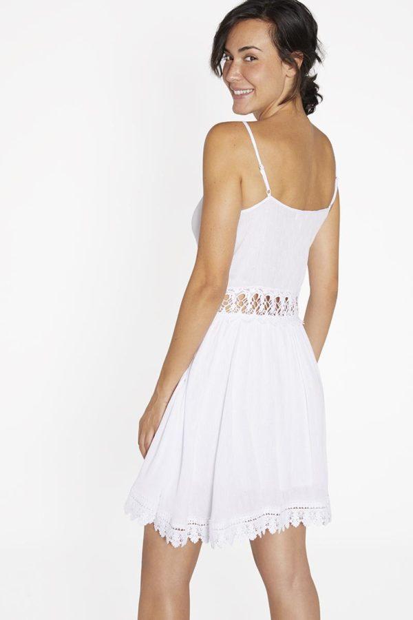 vestido blanco estilo ibicenco con vuelo. Detalles de guipur en el bajo, cintura y escote, Cuello pico