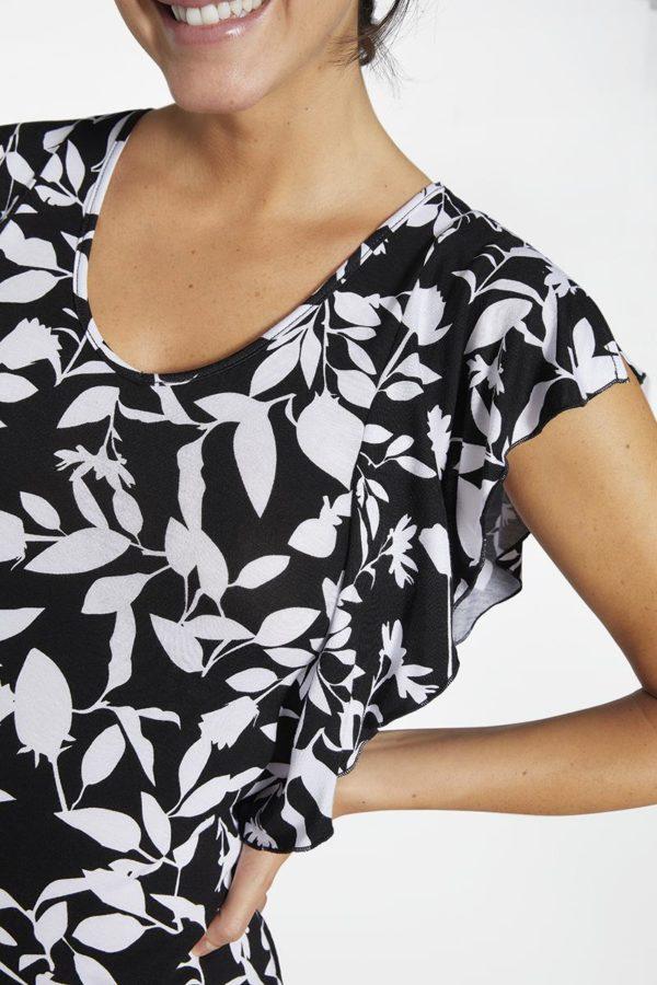 vestido sin mangas con volantes laterales, cuello redondo con escote, recto. Estampado hojas blancas sobre negro