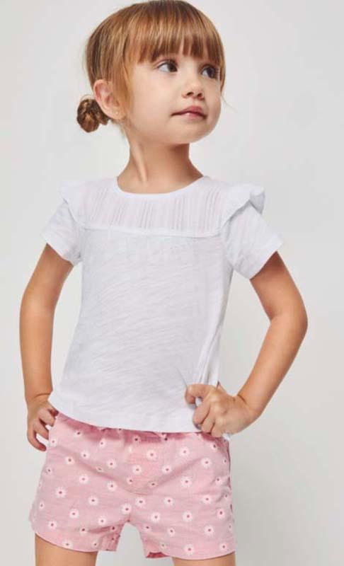 conjunto bermuda rosa de tela con flores y camiseta manga corta blanca con volante en los hombros