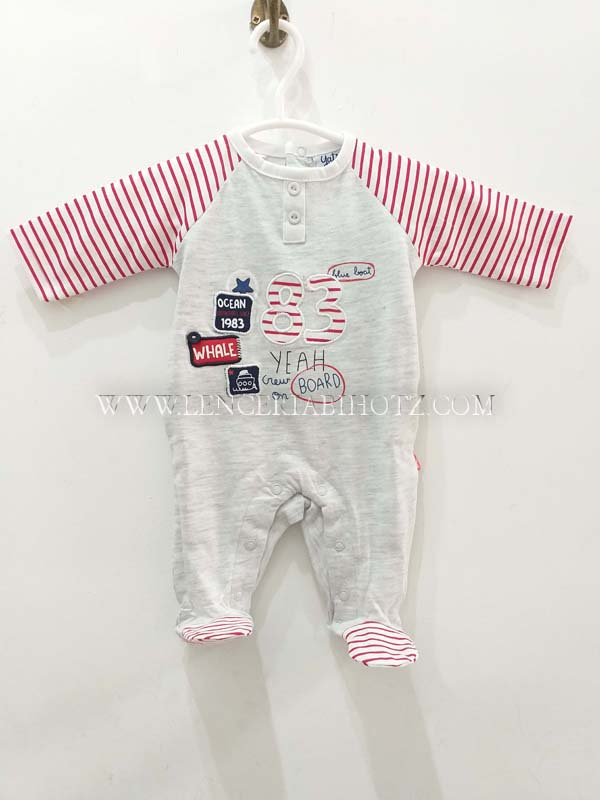 pijama bebe algodon rayar rojas en mangas y pies. Bordados y parches en el centro y botones en el cuello. Abertura vertical trasera y entrepierna