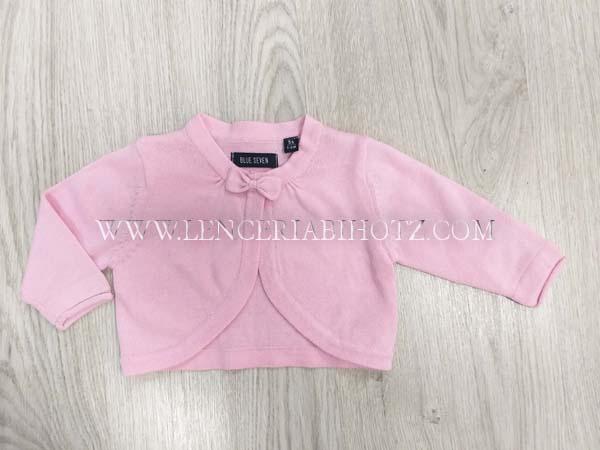torera bebe rosa con forma redondeada semi abierta, con corchete y lazo
