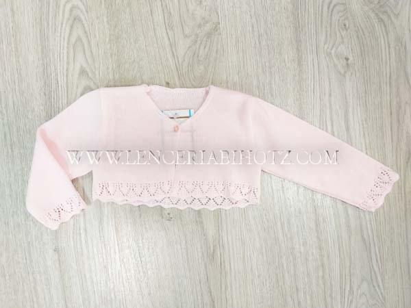 torera corta rosa pastel semi abierta con un boton, sin cuellos, calado mangas y bajo