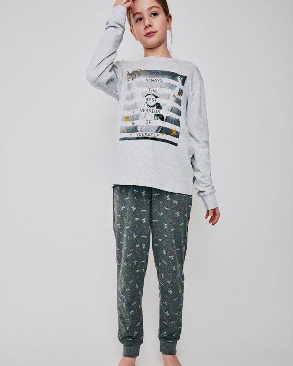 pijama niña manga larga algodon. Camiseta gris claro dibujo central y estrellas con brillos doradas. Pantalon estampado gris marengo