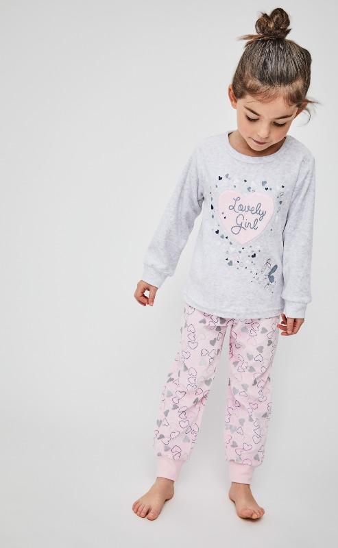 pijama niña terciopelo con puños. Camiseta gris con un corazon grande en el centro. Pantalon rosa estampado corazones