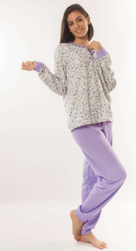 pijama mujer felpa con puños. Camiseta gris estampado ramitas botones cuello. Pantalon liso lila