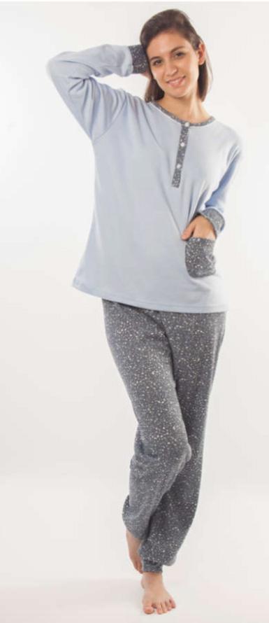 pijama felpa con puños, botones en el cuello y bolsillo. Camiseta azul celeste, pantalon gris estampado ramitas