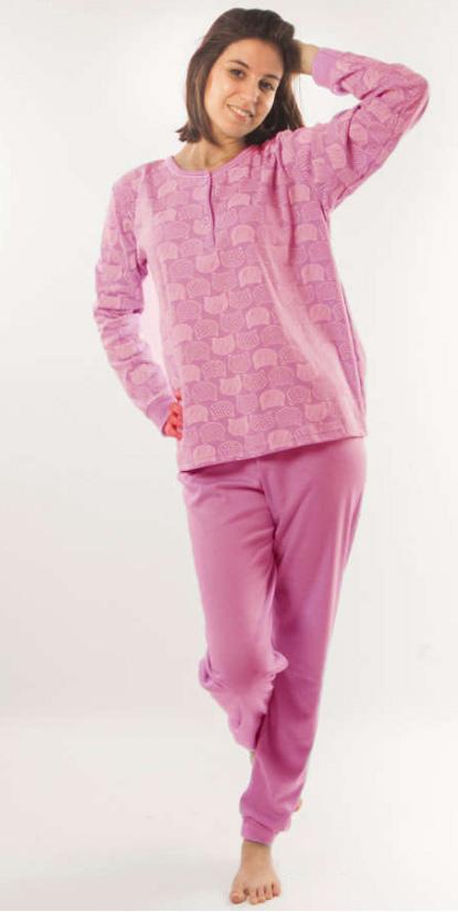 pijama mujer con felpa interior, con puños y abertura de botones. Camiseta estampado blanco de caras de gato. Pantalon liso berenjena